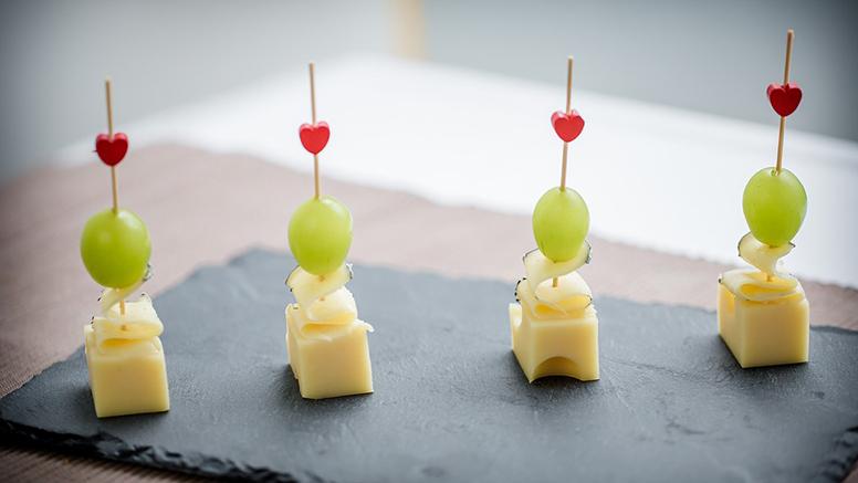 gezonde traktatie met druifjes kaas komkommer en een hartje op een stokje