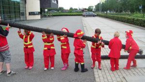 kinderfeestje brandweer jongetjes 5 6 jaar slang tillen