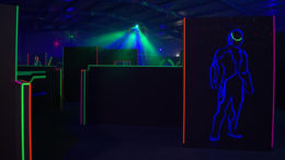 lasertag game jongens neon kleuren laser schieten