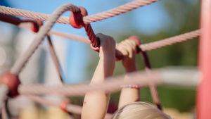 surviven obstacle run klimmen touwen