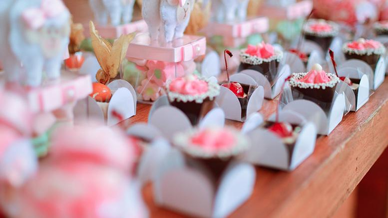 gebakjes met chocolade slagroom spikkels en roze