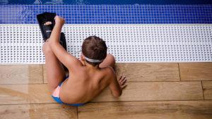 zwemmende jongen slippers flippers zembad duiken