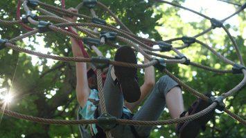 climbing-forest-meisje-touwen-klimmen-omhoog